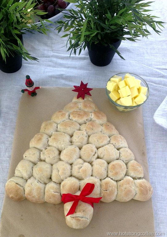 Christmas Tree Bread (pull apart bread rolls) | Hot Strong Coffee